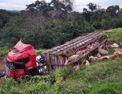 Caminhão tomba na BR-163