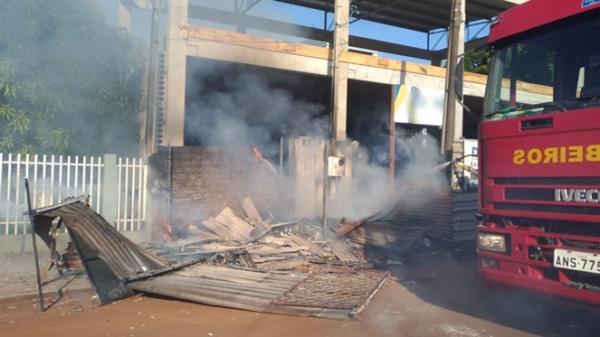 Incêndio destrói depósito de supermercado