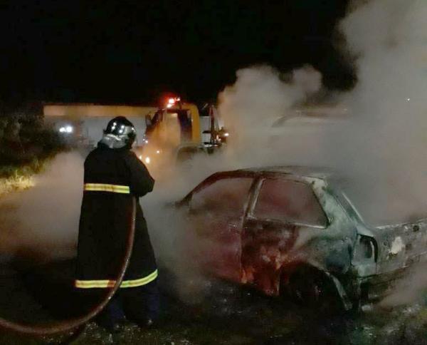Dois veículos são destruídos por incêndio