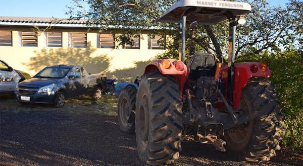 Família é mantida refém e tem veículos e trator roubados em Barracão