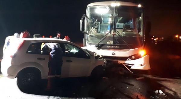 Uma pessoa morre e duas ficam feridas em colisão envolvendo ônibus