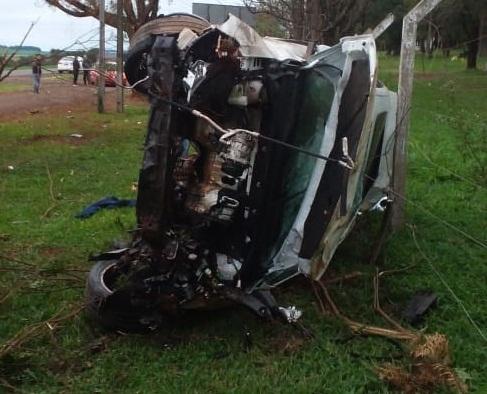 Carro fica destruído ao bater contra árvores na PR-880