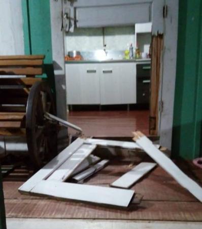Ladrões quebram porta de casa para praticar furto
