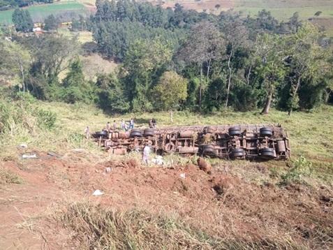 Caminhão carregado com suínos capota na BR-163