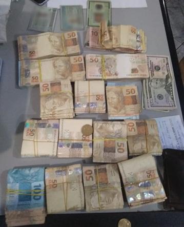 PM apreende dinheiro e cheques com contrabandistas