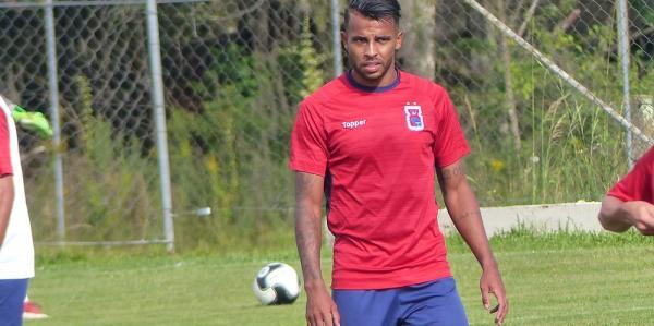 Boa fase de Alex Santana amplia concorrência no meio de campo do Paraná
