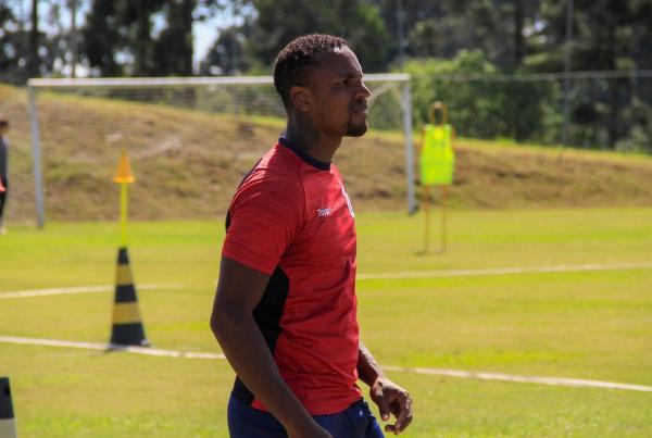Paraná Clube afasta zagueiro Cleber Reis por falta disciplinar