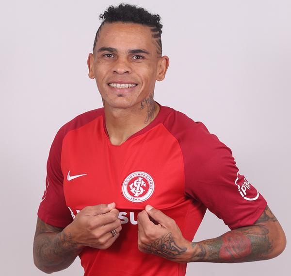 Inter anuncia uruguaio Jonatan Álvez
