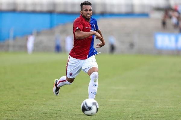 Júnior tenta evoluir a parte ofensiva no Paraná