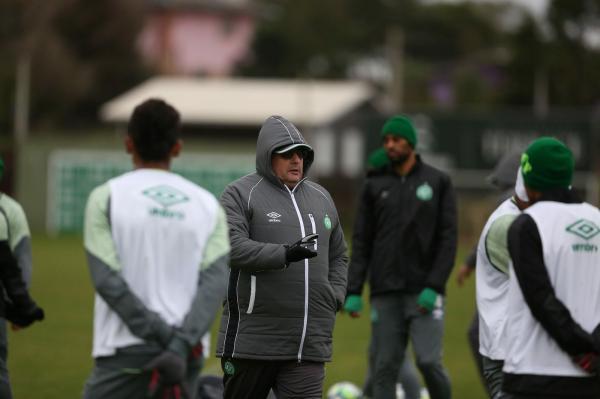 Em segundo treino, Guto Ferreira faz testes e indica modelo de jogo