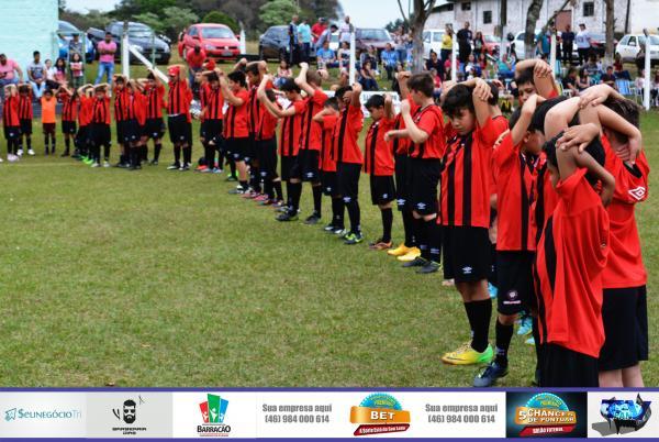 Barracão – Crianças e adolescentes são beneficiadas com uniforme do Atlético/PR