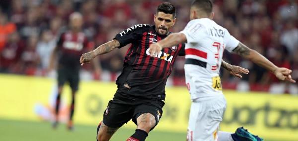 Atlético-PR volta para Curitiba e conta com três retornos contra o Fluminense