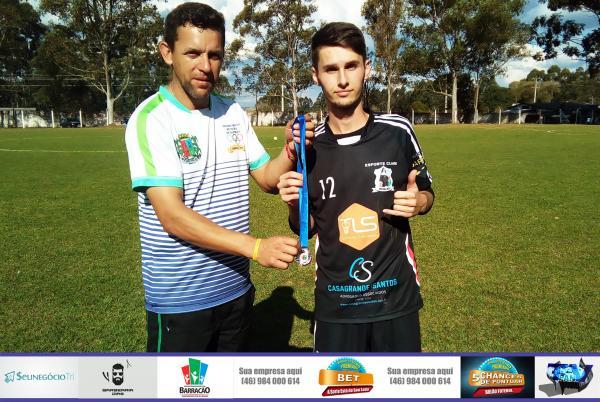 Elison (E) recebendo das mãos do Secretário de Esportes de Barracão a medalha de melhor em campo/Foto:Marcos Prudente