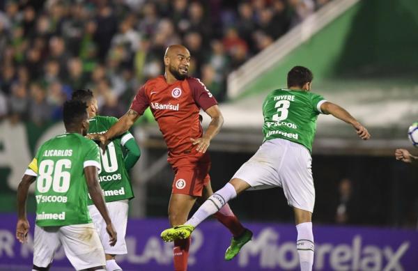 Rodrigo Moledo tem lesão muscular e desfalca o Inter por três a quatro semanas