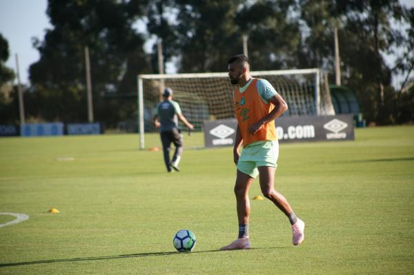 Fabrício Bruno volta a treinar com bola e reforça Chape na reta final do Brasileirão