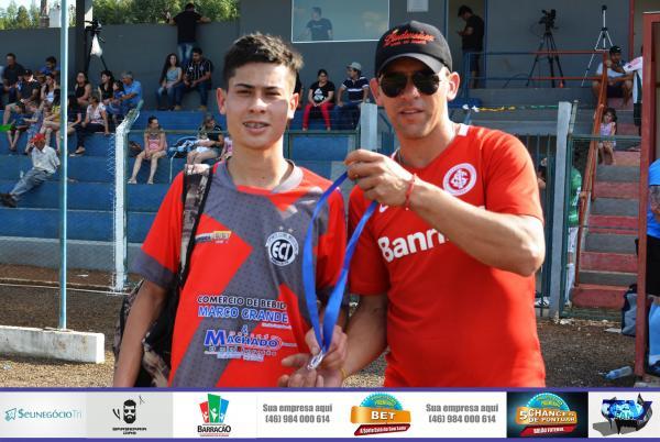 Luan Domeraski leva a medalha de melhor da partida do jogo entre Industrial x Siqueira Belo