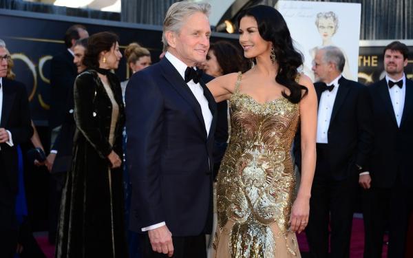 Michael Douglas e Catherine Zeta-Jones fazem aniversário ao som de hit brasileiro com nome do ator
