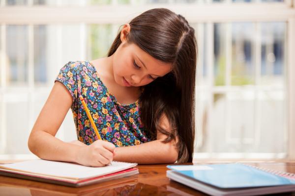 Quase um bilhão de meninas e jovens não têm acesso ao ensino de habilidades para as profissões do futuro, diz estudo