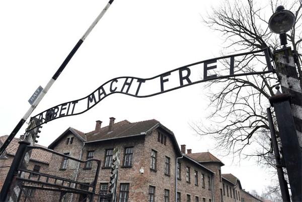 Chelsea quer enviar torcedores racistas para conhecer ex-campo nazista na Polônia