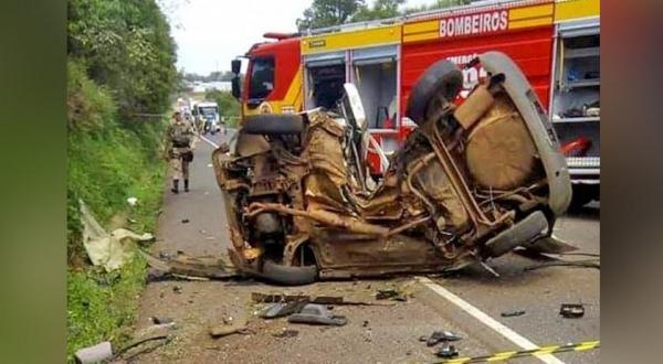 Acidente entre carro e moto deixa duas pessoas mortas na BR-282