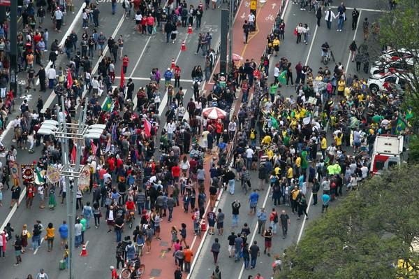 Manifestantes realizam atos pró-Bolsonaro e pró-Haddad neste domingo (14)