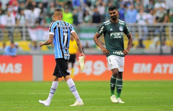Grêmio se preocupa e torce por recuperação de dupla artilheira a tempo de encarar o River Plate