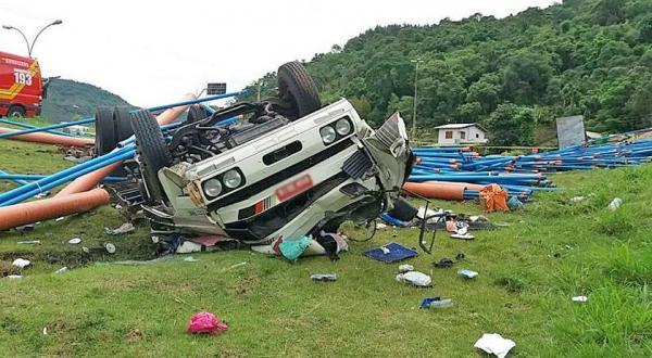 Motorista morre após caminhão sair da pista