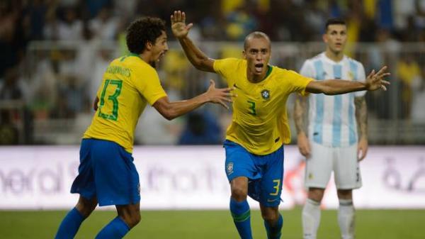 Miranda marca no fim, Seleção vence Argentina, e capitão Neymar levanta seu primeiro troféu