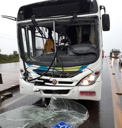 Acidente entre ônibus e caminhão deixa 25 feridos na BR-163