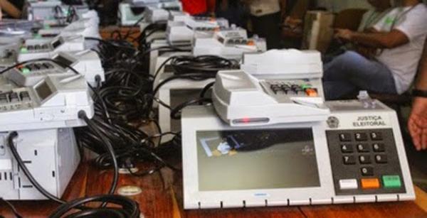 Justiça Eleitoral realiza procedimento de carga e lacre das urnas eletrônicas