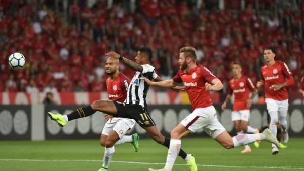 Com polêmica, Inter e Santos empatam em 2 a 2 no Beira-Rio