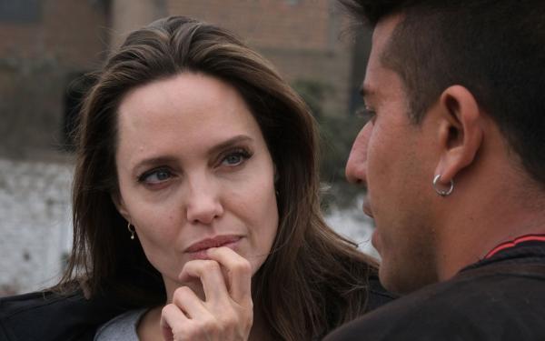 Angelina Jolie visita venezuelanos no Peru e é criticada por líder chavista