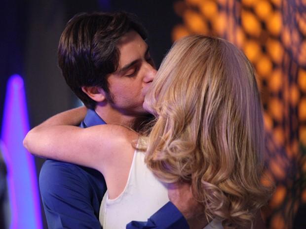Novelas - Ernesto e Pamela se beijam!