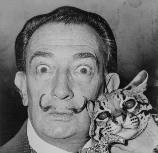 Jovens danificam quadro de Salvador Dalí ao fazer selfie em museu na Rússia