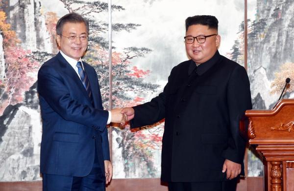 O presidente sul-coreano Moon Jae-in (esq.) e o líder norte-coreano Kim Jong-un apertam as mãos durante encontro na Coreia do Norte — Foto: Pyongyang Press Corps Pool via AP
