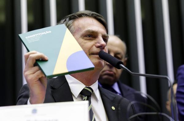 Jair Bolsonaro entrega prestação de contas de campanha ao TSE
