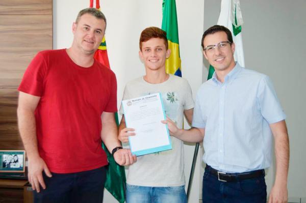 Chopinzinho entrega primeira Bolsa Atleta para convocado da Seleção Brasileira de Futsal