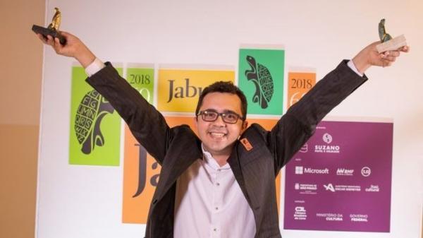 Poeta do sertão faz história ao vencer prêmio Jabuti com livro escrito à mão