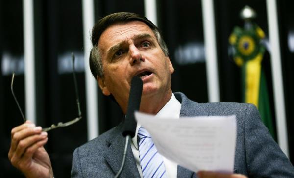 Bolsonaro discursou na Câmara contra famílias de médicos cubanos no Brasil, mas agora é a favor