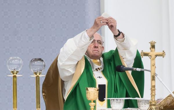 Papa diz em livro que padres gays devem largar o sacerdócio ''em vez de viver vida dupla''