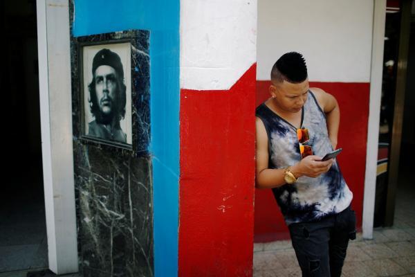 Estatal de Cuba anuncia que começará a fornecer internet para celular