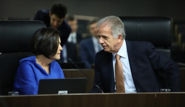 O ministro José Múcio, com a ministra Ana Arraes, na sessão desta quarta-feira (5) do TCU — Foto: TCU / Divulgação