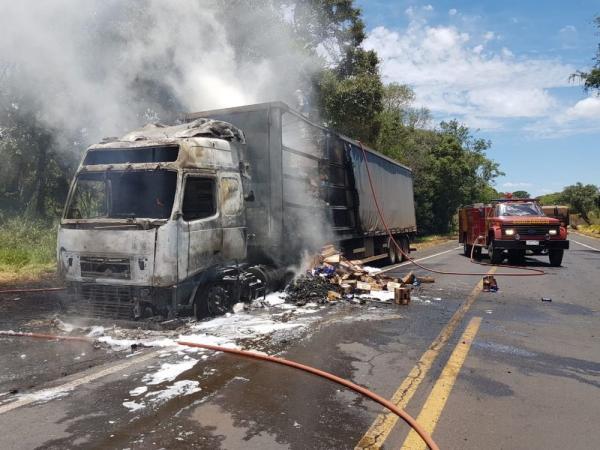Caminhão é destruído em incêndio na BR-373