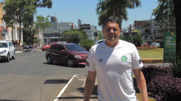 Claudinei Oliveira durante passeio pela cidade de Chapecó — Foto: Eduardo Florão