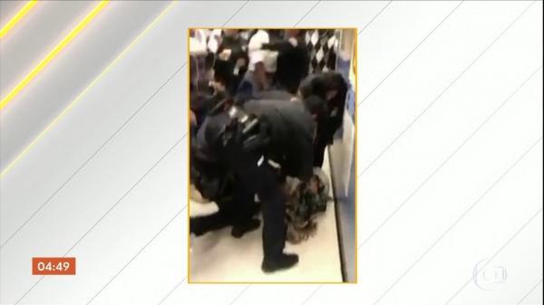 Policiais arrancam bebê dos braços da mãe nos EUA e causam indignação