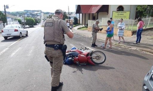 Motociclista fica ferida em colisão