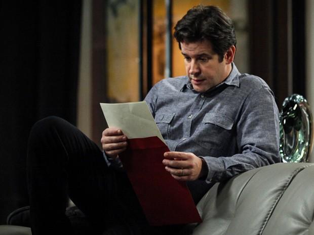 Jonas vê foto do casal que adotou seu filho e ele nem imagina que são os pais de Davi