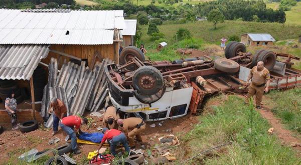 Caminhão capota e atinge residência em Barracão