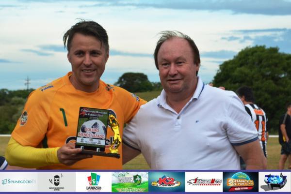 Jusse leva o troféu de goleiro menos vazado do Barraconense Principal