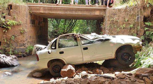 Veículo capota após cair de ponte